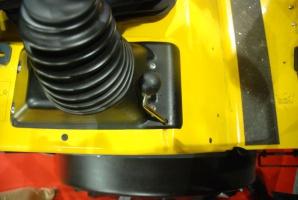 Obok joysticka znajduje się dźwignia do zwalniania ciśnienia w układzie hydraulicznym, fot. KW