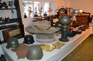 Nie brakuje również przedmiotów stosowanych na codzień w kuchni: gary żeliwne, maśniczki, kierzanki czy formy do masła. Fot. Muzeum w Łysomicach