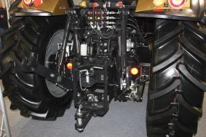 Udźwig 4,5 t tylnego TUZ jest realizowany przy pomocy dwóch siłowników. Wyjścia hydrauliczne są sterowane mechanicznie. Fot. MK