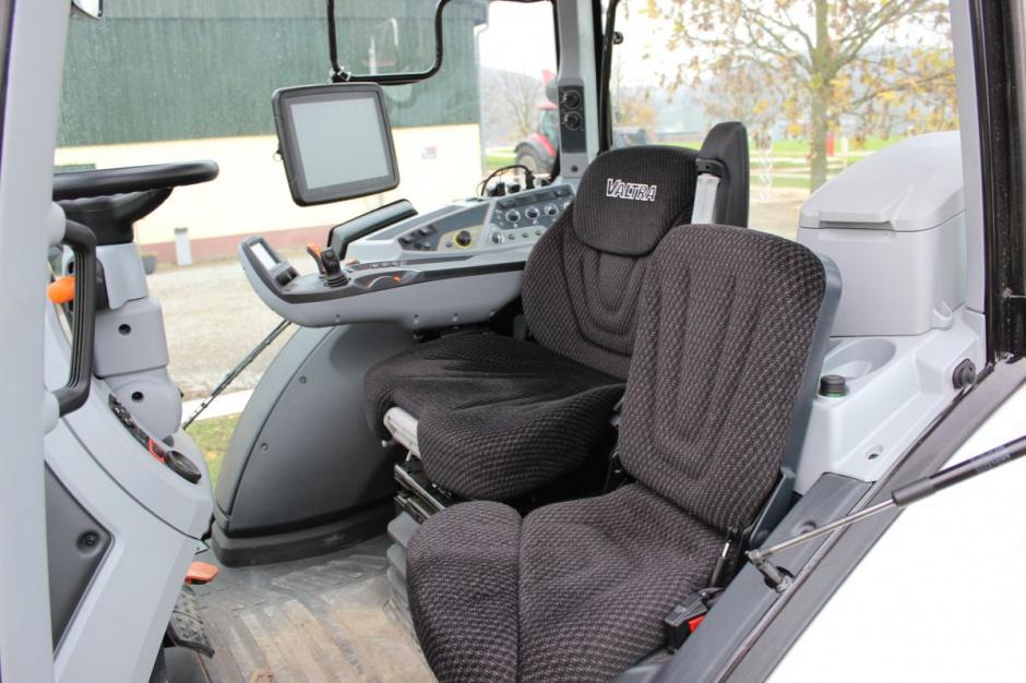 Obszerna, amortyzowana i dobrze wyciszona kabina z wygodnym fotelem to podstawowe elementy dzięki którym bez zmęczenia można pracować przez wiele godzin
