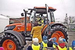 Najmłodsi rolnicy byli żywo zainteresowani nowymi maszynami, fot. Agromix