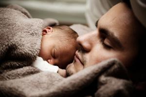 Zasiłek macierzyński dla ojca przez sąd?