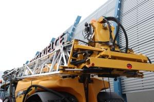 Belka opryskiwacza w pozycji transportowej nie wystaje poza obrys maszyny, co zapewnia bezpieczeństwo podczas jazdy. Fot. MK.