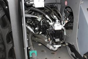 W opryskiwaczu znajdują się trzy główne pompy: hydromotor od układu jazdy, pompa hydrauliczna odpowiedzialna za układ belki (rozkładanie, podnoszenie) oraz odśrodkowa do mieszania cieczy i wytwarzania ciśnienia. Fot. MK.