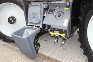 Rozwadniacz oraz sterowanie jego pracą znajduje się po lewej stronie maszyny. Fot. MK.