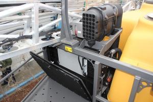 Rozkładany pakiet chłodnic oraz ulokowanie filtra powietrza ułatwia czyszczenie. Fot. MK.