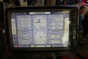 Na 12- calowym dotykowym wyświetlaczu można m.in. ustawić pracę przekładni, układu hydraulicznego czy systemu pracy na uwrociach. Wyświetlacz jest kompatybilny z systemem ISOBUS. Fot. MK