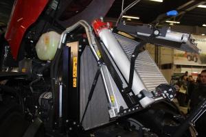 Obsługę silnika ułatwia rozkładany pakiet chłodnic. Fot. MK.