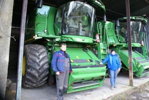 Rafał Tumiłowicz i Paweł Nowiński podkreślają komfortowe warunki pracy kombajnami John Deere, fot John Deere