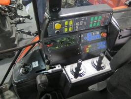 Tylny TUZ jest sterowany przez panel EHR. 4 pary wyjść hydraulicznych jest obsługiwanych przez 2 dżojstiki; Fot. MK.