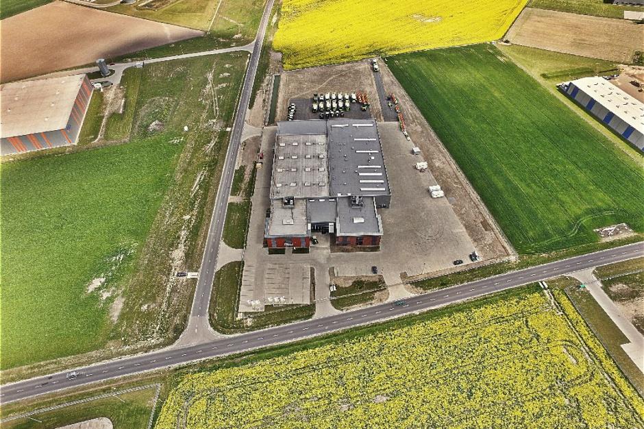 Widoczne w górnej części zdjęcia pole rzepaku ma powierzchnię 3,8 ha i jest częścią nowego Centrum Szkoleniowego; Fot. Claas