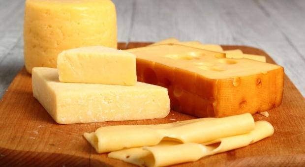 GIS ostrzega przed bakteriami w żółtym serze, wycofano jedną partię produktu