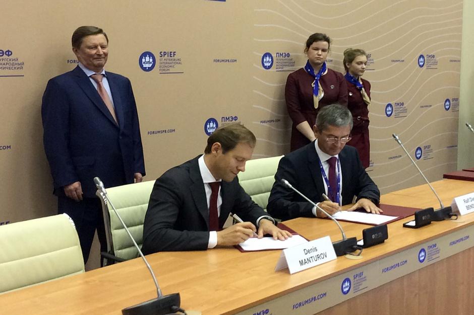 Rosyjski Minister Przemysłu i Handlu Denis Manturov (z lewej) oraz Dr. Ralf Bendisch (Dyrektor Generalny w CLAAS Krasnodar) podpisują umowę inwestycyjną, fot. Claas