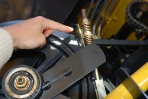 Niezbędną czynnością jest kontrola stanu i naciągu pasów oraz łańcuchów, fot. K. Hołownia
