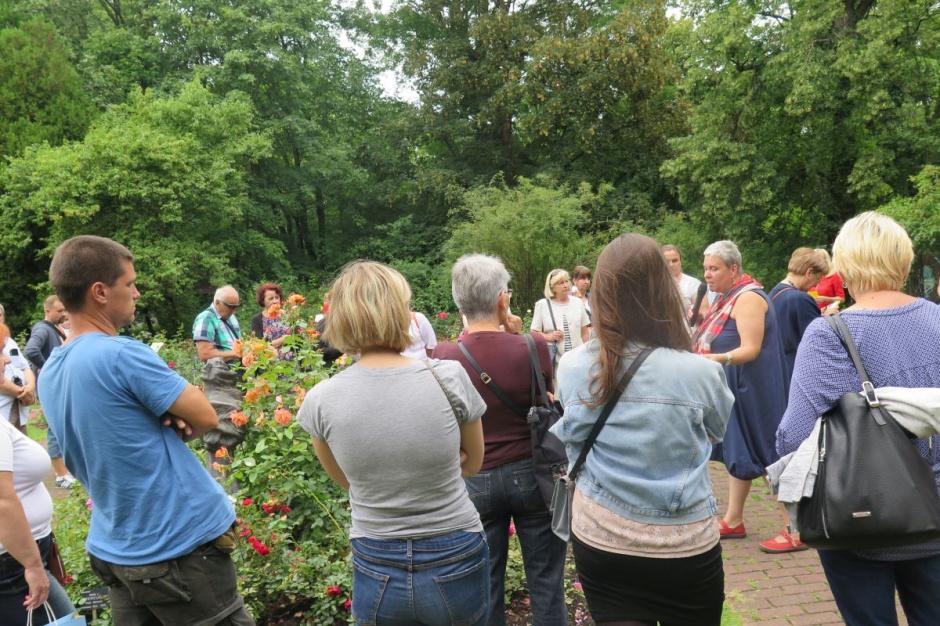 Zwiedzający chętnie słuchali wykładów o tym, jak uprawiać róże