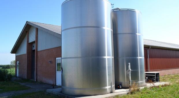 Zbiorniki wieżowe na mleko z robota lub hali