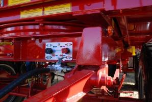 Hamulec postojowy załączany jest w taki sam sposób jak w naczepach ciężarowych