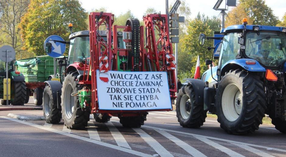 Brak reakcji ministerstwa rolnictwa – rolnicy przedłużają protest