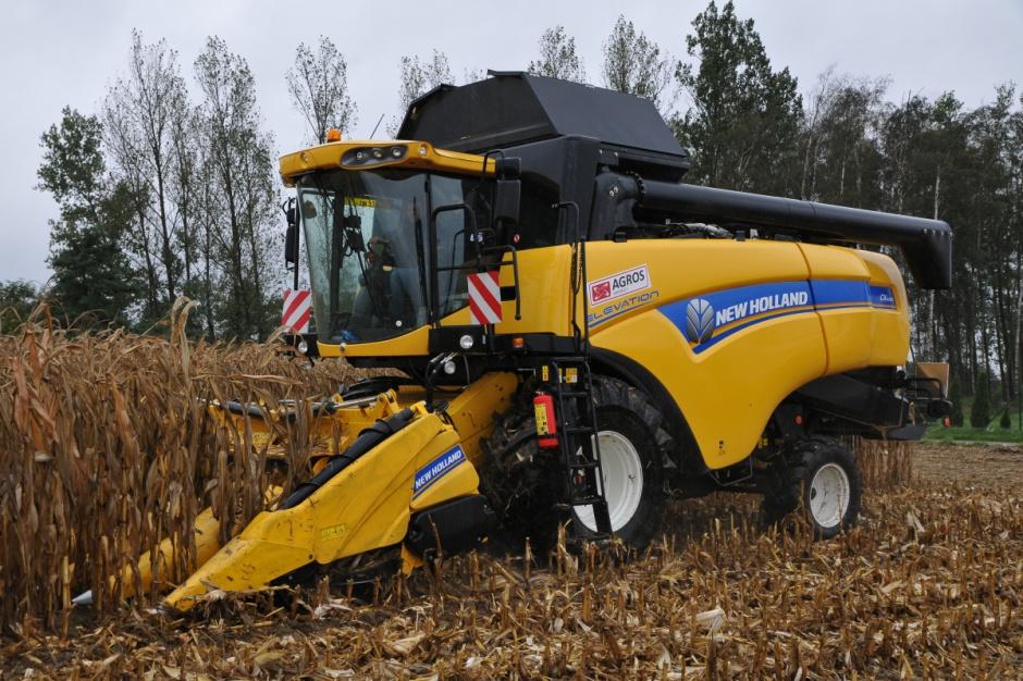 Kombajn New Holland CX 6080 z nowym hederem do zbioru kukurydzy na ziarno fot. Ł. Głuchowski