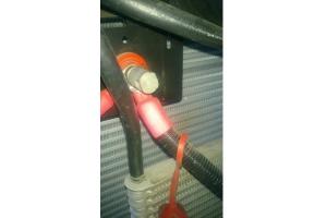Końcówka do ładowania powoduje, że możemy podłączyć prostownik nawet jeśli nie ma dostępu do akumulatora. Na zdjęciu przykład ciągnika John Deere 5M; Fot. Ł. Głuchowski