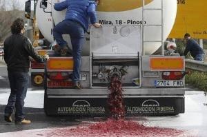Francuscy rolnicy napadają na hiszpańskie tiry