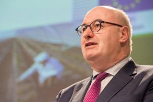 Komisarz ds. rolnictwa: Na razie nie ma wniosku ws. dopłat do krów i świń