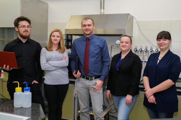 Naukowcy z Politechniki Wrocławskiej chcą stworzyć sztuczny liść na bazie grafenu
