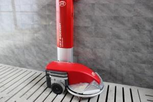 Lely Discovery – robot czyszczący podłogę szczelinową