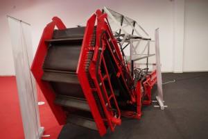 Przenośnik jest składany hydraulicznie, pozwala na wyładunek wiech na przyczepę; Fot. GS