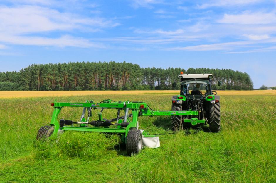 Kosiarki ciągnione nie sprawdzą się na ciasnych i małych łąkach, nie ma także co liczyć na wygodne docinanie w narożach, jednak na większych areałach znacząco poprawią komfort pracy fot. mat prasowe