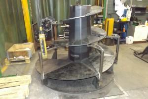 Ślimaki mieszające są wstępnie łączone na specjalnych uchwytach montażowych, a następnie przenoszone do robota spawalniczego