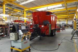 Na końcowym stanowisku montażowym wszystkich elementów, jakie składają się na wóz paszowy, są łączone i dokładnie sprawdza się ich działanie