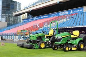 Maszyny John Deere pracujące na stadionach