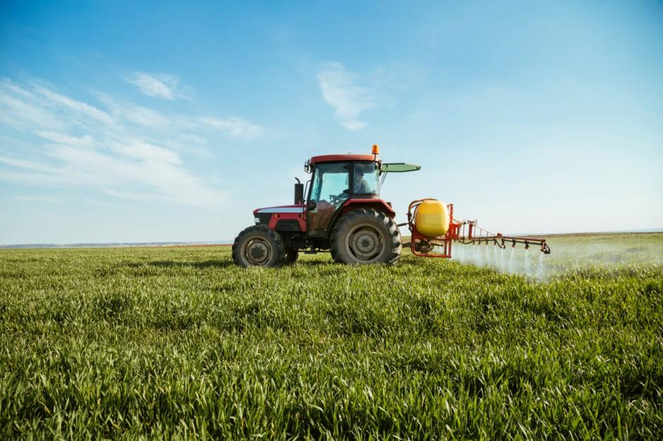 """Do 2030 r. ograniczenie pestycydów o połowę. Strategia """"Od pola do stołu"""" przyjęta"""