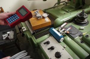 Pomiarów wydatków i ciśnień można dokonać na maszynie, warunkiem jest posiadanie specjalistycznej przenośnej aparatury oraz znajomości punktów pomiarowych na maszynie. Taką diagnostykę wykonuje się przenośnym zestawem pomiarowym, także z dojazdem do klienta. Samo badanie w zależności od stopnia skompilowania układu maszyny może potrwać kilka godzin i kosztować kilkaset zł, do czego trzeba doliczyć koszt dojazdu