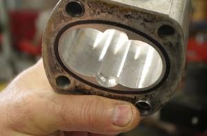 Wycierania się elementów np. korpusu nie da się uniknąć. Podczas naprawy można jednak wykorzystywać stare części, przynajmniej dopóty, dopóki możliwe jest dopasowanie pozostałych elementów