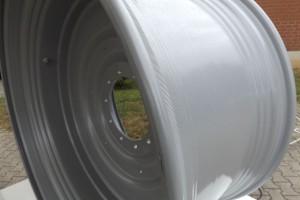 Specjalnie ukształtowane wnętrze felgi zapewnia łatwiejszy montaż opony i wraz z inaczej ukształtowanym kołnierzem zapobiega jej obracaniu na feldze