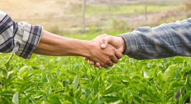 Na jakich zasadach rolnik może nabyć grunty rolne w innej gminie?