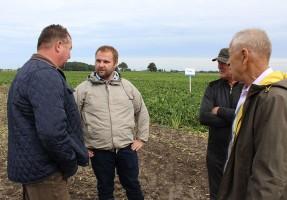 Dr Adam Zych opowiadał o wynikach swoich badań na polach w Garncarsku.