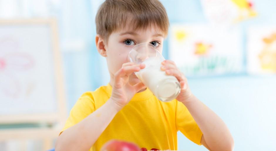 Od października dzieci w szkołach będą bezpłatnie jadły owoce i piły mleko