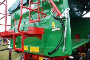 Siłowniki hydrauliczne pozwalają na szybkie uniesienie burty i opróżnienie skrzyni ładunkowej