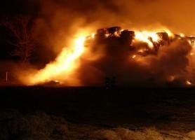 Strażacy podpalali sterty słomy