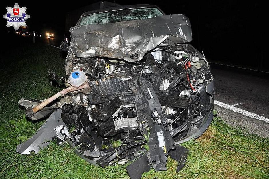 Przód skody został dosłownie zmiażdżony, lecz kierowca nie ucierpiał.