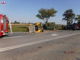 Po zderzeniu z volkswagenem ciągnik wywrócił się na bok.