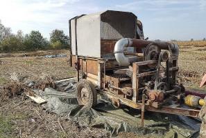 Specjalnie do zbiorów konopi rolnik kupił i wyremontował starą młocarnię