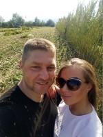 Lesław i Daniela Lechowie na tle swojej konopnej plantacji