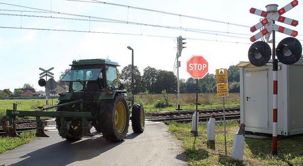 Kolej zamyka przejazdy – rolnicy tracą dojazdy