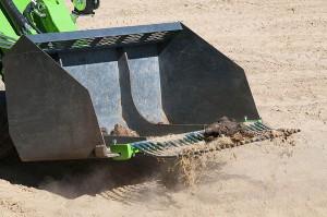 Specjalna listwa do sprzątania końskich odchodów mocowana może być na każdej łyżce w ładowarce Avant.