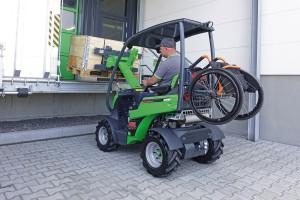 Jak widać na zdjęciu, niepełnosprawny operator może wózek załadować na tył ładowarki.