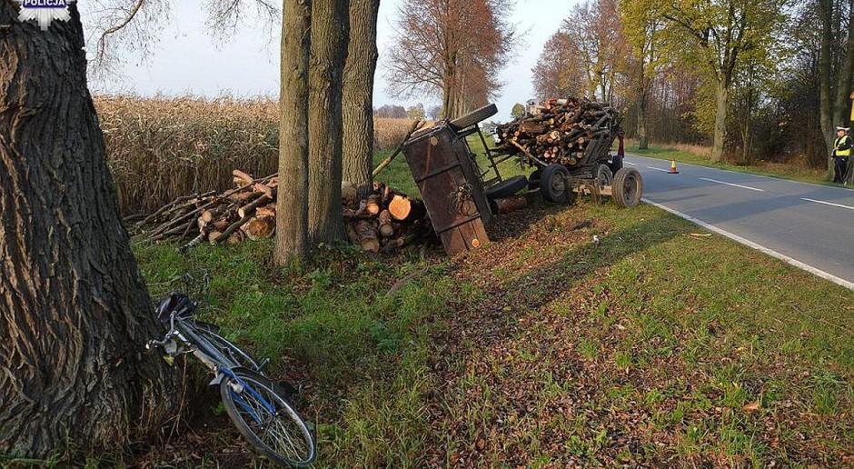 Rowerzysta przygnieciony przez przyczepę z drewnem